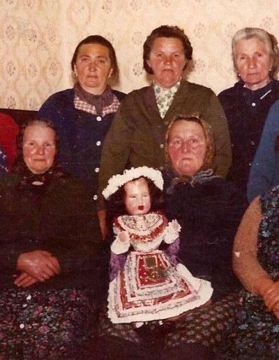 A Christkindli baba és öltöztetői