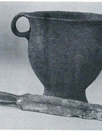 talpas edény és bronz tőr Bakonyjákó